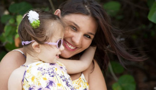 Menina De 2 Anos Enxerga A Mãe Pela Primeira Vez